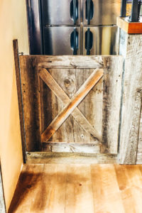 古材のスイングドア